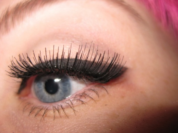 how-to-apply-false-lashes-video2.jpg